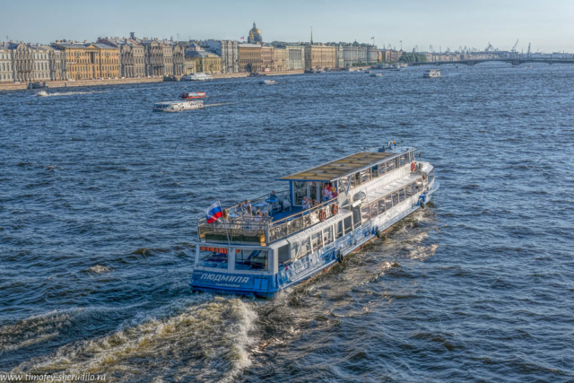 Петербург. Прогулочное судно на Неве